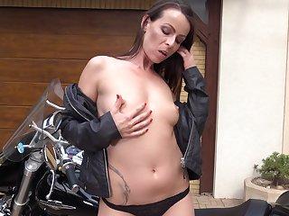 Outdoors video of provocative Caroline Ardolino masturbating